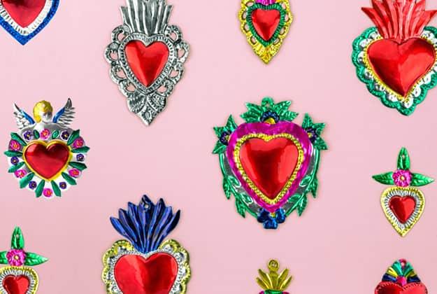 Artesanía de hojalata de México, como los conocidos corazones de hojalata.