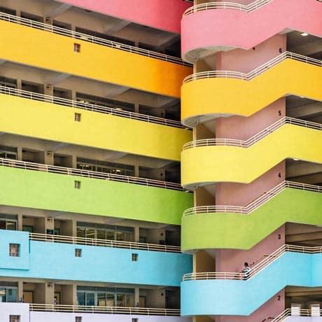 Edificio multicolor en Hong Kong