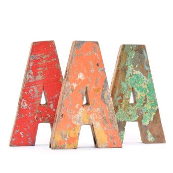 Letra A de madera reciclada