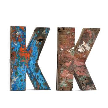 decoración con letras de madera de diversos colores