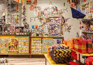 Vista panorámica interior de la tienda de regalos Fantastik Bazar
