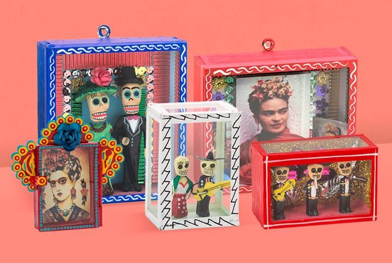 Nichos y retablos decorados con calaveras e imágenes de Frida Kahlo.
