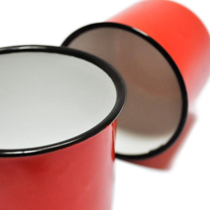 Dos tazas de metal esmaltado