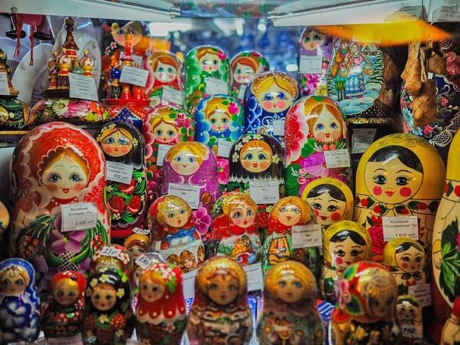 Mamushkas en venta en una tienda en San Petersburgo